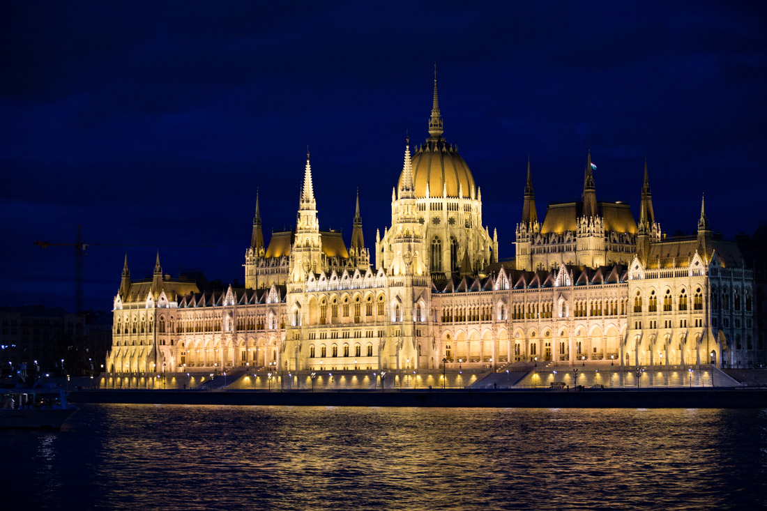 parlementsgebouw in de avond